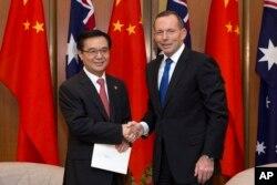 2015年6月17日澳大利亚堪培拉议会大厦: 澳大利亚总理艾伯特(右)与中国商务部长高虎城握手