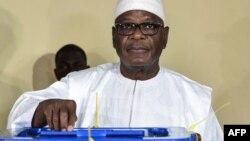 Ibrahim Boubacar Keita vote dans un bureau de Bamako, le 12 août 2018.