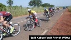 Les cyclistes du Tour du Faso après leur départ de Yako à Ziniaré lors de la 2e étape, samedi 31 octobre 2015. (Salif Kabore/VOA)