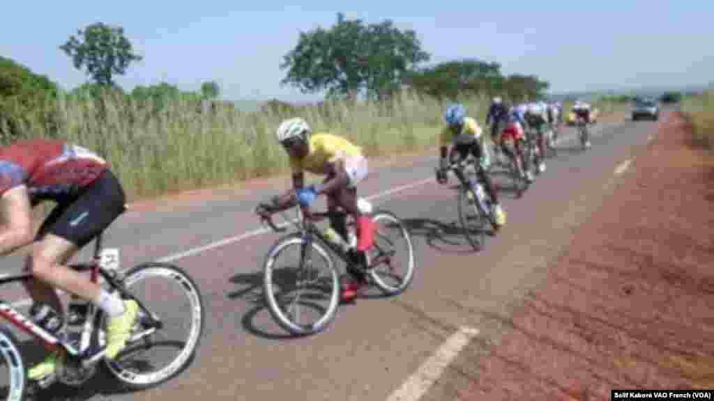 Les cyclistes du Tour du Faso après leur depart de Yako à Ziniaré lors de la 2e étape, samedi 31 octobre 2015. Photo Salif Kabore VOA