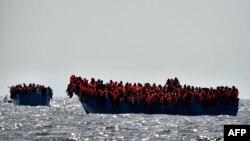 Bateau de migrants au large des côtes libyennes le 3 octobre 2016.