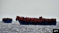 اکثر پناهجویان افریقایی و شرق میانه سوار قایقهای مزدحم و فرسوده راهی سفر پرخطر دریایی به سمت اروپا می شوند