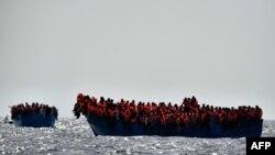 Migrants attendant d'être secouru au large de la mer méditerranée. (AFP / ARIS MESSINIS)
