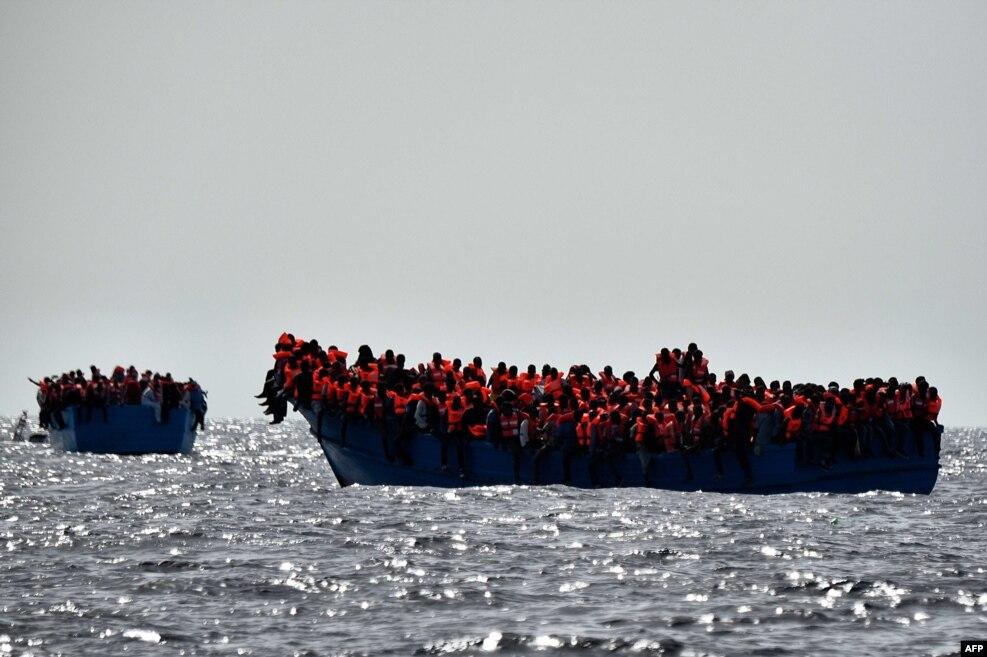 리비아 해안에서 북쪽으로 20해리 떨어진 지중해 해상에서 이민자들이 구조를 기다리고 있다.