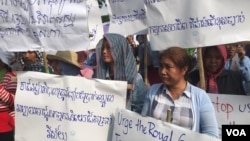 Workers held banners at a rally on International Labor Day on May 1, 2018, in Phnom Penh, Cambodia, calling for an end of discrimination toward labor unions and to support a minimum wage for all sectors. (Hul Reaksmey/VOA Khmer)