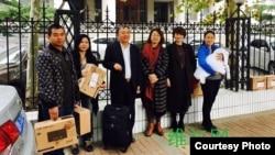 謝燕益的妻子原珊珊(右一)與律師等在法庭外(網絡圖片)