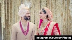 دلہا اور دلہن شادی کی تقریب میں