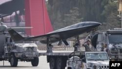 中國軍隊在北京天安門廣場舉行閱兵式時展示的軍用無人機。(2019年10月1日)