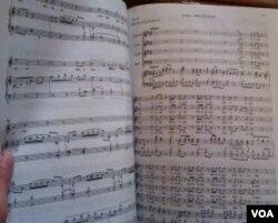 """""""Sing -Along"""" mengharuskan hadirin mengikuti not balok dengan cermat lewat kumpulan buku musik """"Handel Messiah""""."""