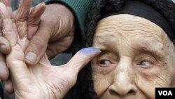Fadila Mohammed yon granmoun 90 lane kap montre dwèt li apre li finn poze vòt li nan Cairo, madi 29 novanm 2011 la (AP)