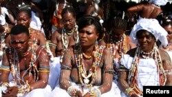 """Les adeptes du vodou lors de la 350e édition de la """"célébration de la pierre sacrée"""" Epe Ekpe à Glidji, à 50 km de la capitale du Togo, Lomé, 13 septembre 2012"""