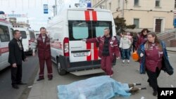 Nhân viên y đưa thi hài các nạn nhân ra khỏi hiện trường