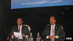 Somali President Hassan Sheikh Mohamud (right) with VOA Somali journalist Harun Maruf.