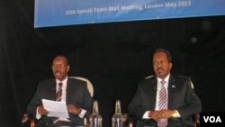 Somali President Hassan Sheikh Mohamud (right) with VOA Somali journalist Harun Maruf.