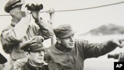 인천상륙작전 당시 지휘함에서 전황을 살피는 맥아더 장군.