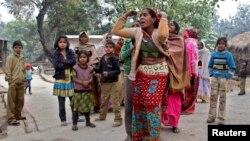 Anggota keluarga berduka atas kematian saudaranya akibat minum miras oplosan di kota kecil Malihabad, negara bagian Uttar Pradesh, India (13/1).