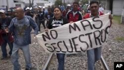 Activistas de derechos humanos e inmigrantes protestan contra los secuestros en México.