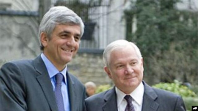 U.S. Secretary of Defense Robert Gates (r) and French Defense Minister Herve Morin (file photo)