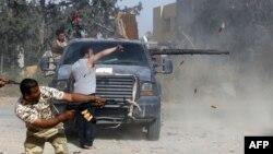 Pasukan nasional Libya terlibat dalam pertempuran dengan pasukan yang setia kepada Khalifa Haftar di selatan Tripoli (20/4).