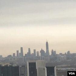 2016年冬,天气污染情况较轻时,从北京大兴远眺,仍可望见十八公里外的国贸三期大厦和中国尊擎天塔尖。(美国之音新闻图片)