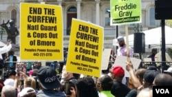 2015年5月2日,示威者在巴尔的摩要求解除宵禁。