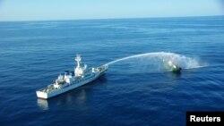 日本海岸警卫队巡逻艇在一个名为大和浅滩的海域向一艘朝鲜渔船喷水。(2017年9月)