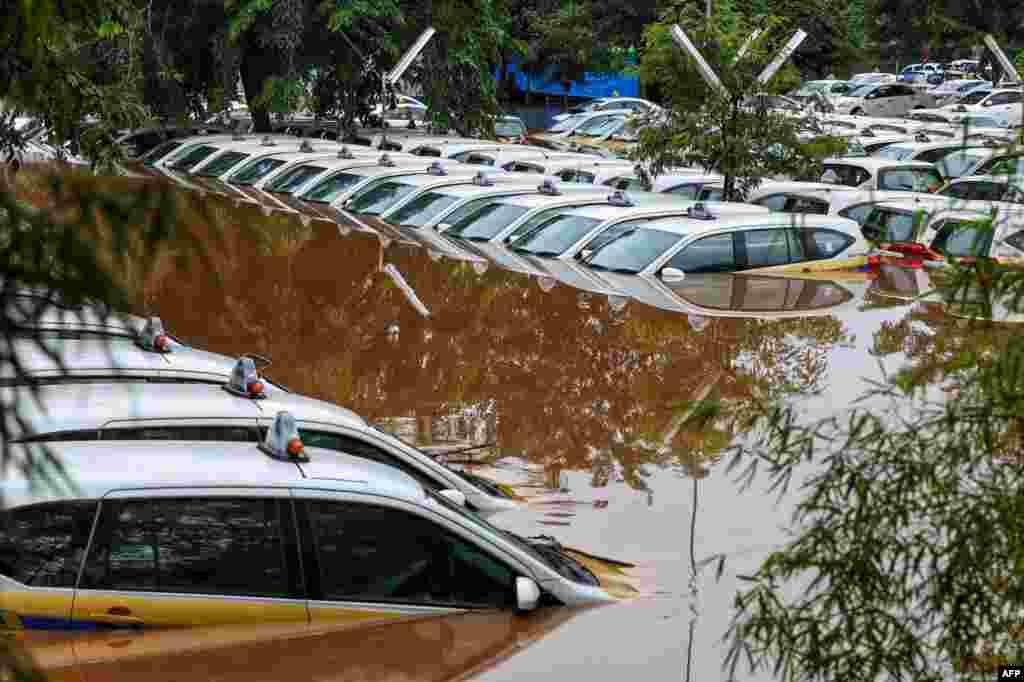 بارش سے مختلف علاقوں میں مٹی کے تودے بھی گرے۔ جن کے نیچے دب کر کئی افراد ہلاک ہوئے ہیں۔ دارالحکومت جکارتہ سمیت مختلف علاقوں میں ہلاکتوں کی تعداد 24 ہو گئی ہے۔