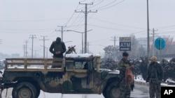 La police afghane sur le site d'une explosion près de l'académie militaire de Kaboul, en Afghanistan, le mardi 11 février 2020. (Rahmat Gul / AP)