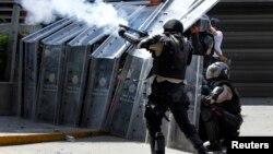 La policía reprime con gases lacrimógenos y perdigones una demostración pacífica contra el presidente Nicolás Maduro, en Caracas.