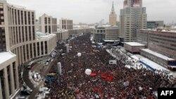 Hàng vạn người Nga biểu tình trong thủ đô Moscow, hôm 24/12/11, phản đối kết quả bầu cử quốc hội và yêu cầu tổ chức bầu cử lại