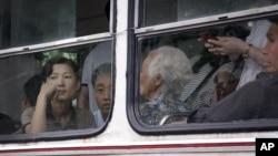 지난해 6월 북한 주민들이 평양 시내를 운행하는 전차에 타고 있다.