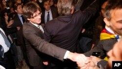 지난 10일 스페인 카탈루냐의 카를레스 푸지데몬 새 주시사가 카탈루냐 의회 임명식에서 지지자들과 악수하고 있다.