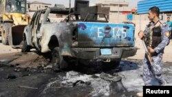 Seorang polisi tengah memeriksa lokasi pasca serangan bom di wilayah Kirkuk, 250 kilometer sebelah utara Baghdad (25/7). Para militan dilaporkan menyerang konvoi truk di kota Tuz Khormato, Irak Utara, menewaskan 14 orang, Rabu malam (24/7).