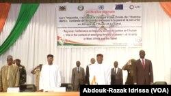 Le président Mahamdou Issoufou, 2e à droite, lors de la conférence régionale sur l'impunité, l'accès à la justice et les droits de l'homme dans le contexte de nouvelles menaces à la paix et à la sécurité en Afrique de l'Ouest et au sahel à Niamey, 12 sept