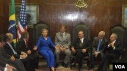 Menlu AS Hillary Clinton menghadiri pertemuan di Brazil.
