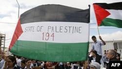 Sinh viên Palestine giương cờ khi đến đưa thư cho Tổng thư ký LHQ Ban Ki-moon tại Bờ Tây, 20/9/2011. Con số trên lá cờ đại diện cho tổng số thành viên Liên Hiệp Quốc nếu quốc gia của người Palestine được công nhận.