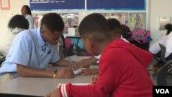 Murid-murid sekolah di AS sedang belajar di dalam kelas (foto: ilustrasi).