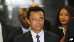 ອະດີດປະທານາທິບໍດີ Marc Ravalomanana ທີ່ສະໜາມບິນ O.R Tambo ໃນເວລາບິນກັບໄປເຖິງນະຄອນໂຈແຮນແນັສເບີກ ປະເທດອາຟຣິກາໃຕ້ ເມື່ອວັນທີ 21 ມັງກອນ 2012. REUTERS/Siphiwe Sibeko (SOUTH AFRICA - Tags: POLITICS)