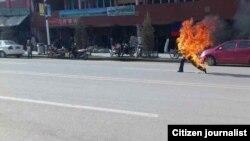當地傳來的照片顯示藏族男子多杰仁青在甘南夏河縣武裝部附近自焚 (民眾向美國之音藏語組提供)
