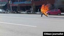 当地传来的照片显示藏族男子多杰仁青在甘南夏河县武装部附近自焚(民众向美国之音藏语组提供)