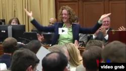 這位新議員為挑到好辦公室而翻跟斗後,受到歡呼