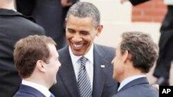 G8정상회담장에서 담소하는 오마바 미국 대통령(중앙)과 니콜라 사르코지 프랑스 대통령(우) 드미트리 메드베데프 러시아 대통령(좌)