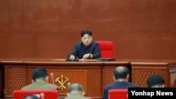 김정은 북한 국방위원회 제1위원장이 지난 8월 노동당 중앙군사위원회 확대회의를 진행하고 있다. (자료사진)