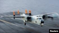 美国海军一架C-2A灰狗运输机在杜鲁门航母上降落 - 资料照片