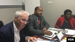 Umqondisi wenhlanganiso yeGlobal Fund uDokotela Peter Sands loDokotela Obadiah Moyo okuhlangothi lukahulumende olubona ngezempilakahle. (Photo: Annahstacia Ndlovu)