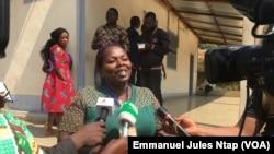 Un membre de la famille d'un ex-détenu de la crise anglophone à Yaoundé, le 14 décembre 2018. (VOA/Emmanuel Jules Ntap)