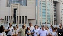Jurnalis berkumpul di luar sebuah gedung pengadilan di Istanbul, Turki, untuk mendukung kolega mereka, jurnalis Bulent Mumay, yang ditahan sehubungan dengan investigasi atas percobaan kudeta yang gagal (27/7). (AP/Petros Karadjias)