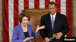 Nancy Pelosi chefe da minoria Democrata na Câmara dos Representantes, apresentando o reeleito líder Republicano, John Boehner no momento da chegada de novos congressitas para a tomada de posse