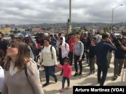 """ພວກສະມາຊິກ ຂອງຊາວຍົກຍ້າຍຖິ່ນຖານ ຈາກທະວີບອາເມຣິກາກາງ ເດີນທາງໄປເຖິງ ດ່ານຍ່າງຂ້າມປະເທດ ທີ່ເອີ້ນວ່າ """"El Chaparral"""" ທີ່ກຳລັງມຸ້ງໜ້າໄປຍັງ ກົມພາສີ ແລະ ໜ່ວຍລາດຕະເວນ ຊາຍແດນ ສະຫະລັດ, ຢູ່ທີ່ ຊາຍແດນ ລະຫວ່າງ ສະຫະລັດ ແລະເມັກຊິໂກ ໃນເມືອງ ທີຮົວນາ ຂອງເມັກຊິໂກ, ວັນທີ 29 ເມສາ 2018. (A. Martinez/VOA)"""
