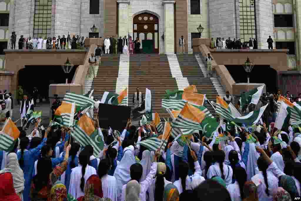 ملک بھر کے مختلف شہروں جمعے کو 'کشمیر آور' منانے کے لیے شہریوں کی بڑی تعداد سڑکوں پر نکلی۔ اس دوران سیکڑوں مقامات پر اجتماعات منعقد کیے گئے اور احتجاجی ریلیاں نکالی گئیں۔